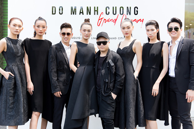 Người mẫu Kim Nhung (ngoài cùng bên trái), Lê Xuân Tiền (ngoài cùng bên phải) hội ngộ các đồng nghiệptại sự kiện.