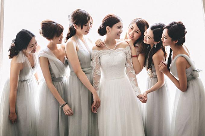 Bộ cánh màu xám không hề làm giảm nét dễ thương của dàn phù dâu mà còn tăng thêm vẻ thu hútcho người phụ nữ.