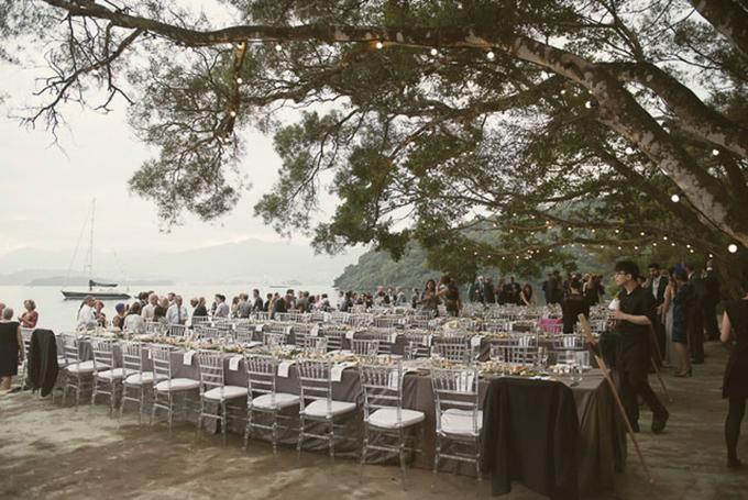 Bàn tiệc và ghế ngồi được bao phủ bởi màu xám. Màu sắc này tạo cảm giác thư thái cho khách mời và hoà lẫn với cảnh sắc thiên nhiên xung quanh.