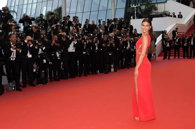 Irina luôn là tâm điểm mỗi khi bước tới thảm đỏ bởi thân hình chuẩn mẫu, thần thái quyến rũ.