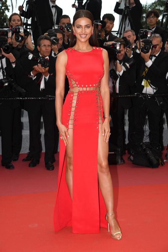 Không chỉ Amber Heard, thảm đỏ Cannes buổi thứ ba cũng được hâm nóng bởi phong cách hở bạo liệt của siêu mẫu Irina Shayk.
