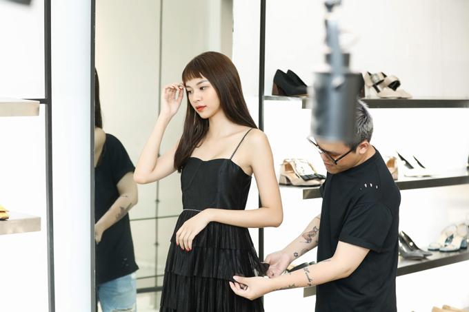 Người mẫu vô cùng hào hứng vì là một trong những ngôi sao đầu tiên được chiêm ngưỡng và diện các mẫu thiết kế mới nhất trong bộ sưu tập Girl Boss của Phạm Hương.