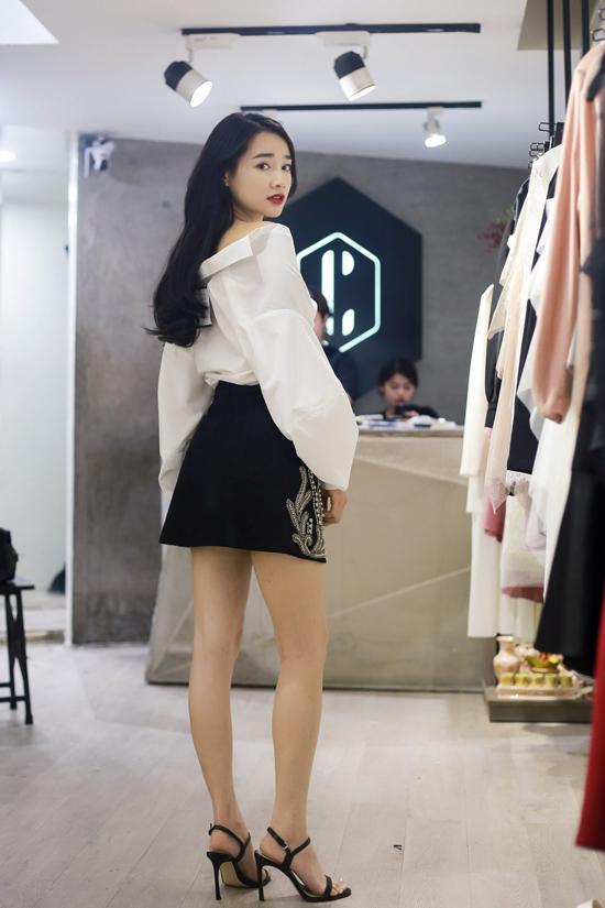 Nữ diễn viên cũng ướm thử các mẫu trang phục tôn vẻ cá tính và tìm thêm các thiết kế phù hợp với chương trình.