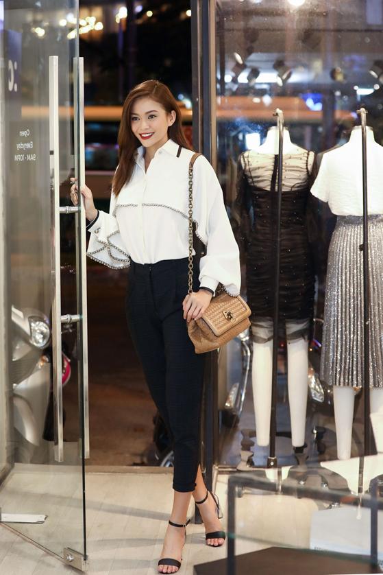 Vừa trở về Việt Nam sau chuyến công tác tại Hàn Quốc, Mâu Thủy lại tiếp tục tất bật chạy show với nhiều sự kiện sôi nổi được tổ chức tại TP HCM.