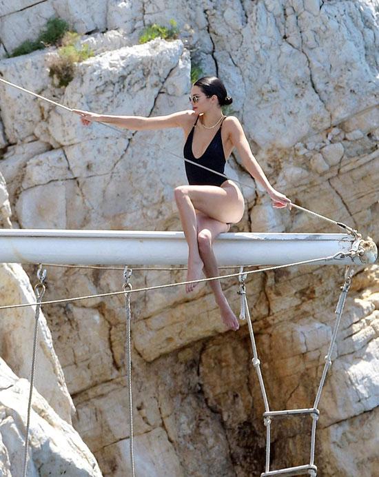 Trước khi tới bữa tiệc, Kendall đi tắm biển cùng bạn bè.