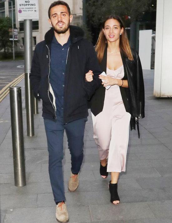 Bernando Silva và vợ tay trong tay đi bộ tới nhà hàng Tattu.