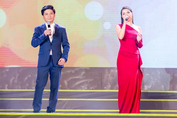 Ngoài tiết mục solo, Ngọc Anh còn song ca với Tấn Minh ca khúc Hãy yêu nhau đi của Trịnh Công Sơn. Cả hai từng nhiều lần kết hợp trên sân khấu.