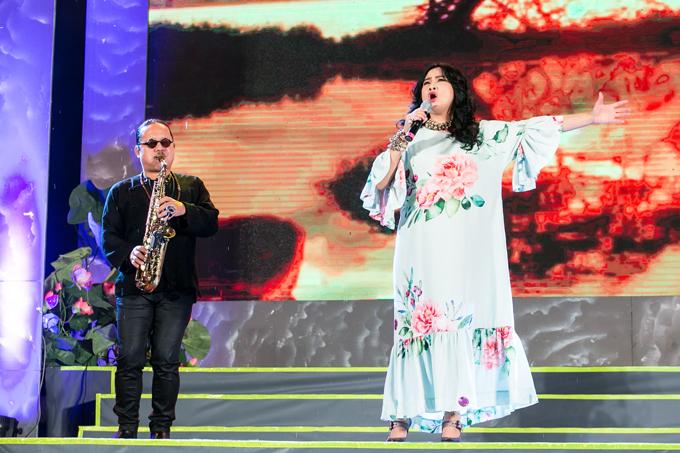 Trời mưa không làm giảm đi ngọn lửa hừng hực trong giọng hát của Thanh Lam.