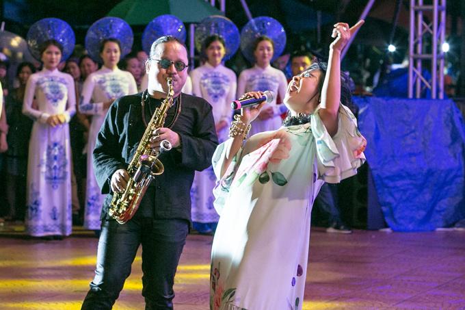 Thanh Lam cũng chọn những nhạc phẩm nổi tiếng của cố nhạc sĩ họ Trịnh để tặng cho các vị khách.
