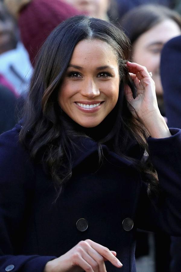Thời gian gần đây, cô trung thành với màu nhuộm đen và kiểu tóc rẽ ngôi giữa thanh lịch.
