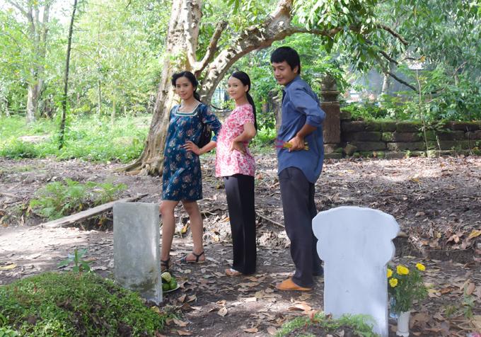 Bella Mai ở hậu trường phim Nếu còn có ngày mai cùng Sam và Quang Tuấn.