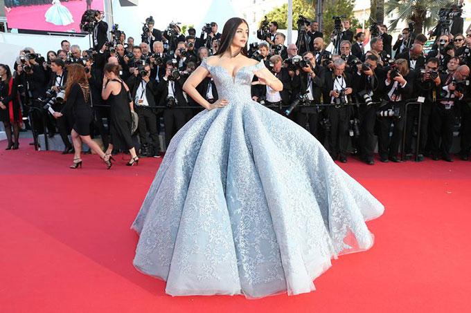 Tại liên hoan phim Cannes năm ngoái, Hoa hậu Thế giới 1994 cũng gây ấn tượng khó quên với bộ đầm Công chúa Lọ Lem.