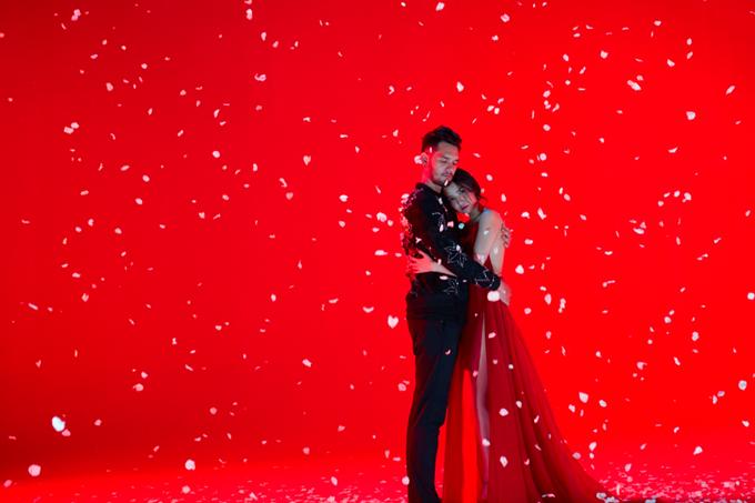 Bích Phương diện bộ váy bị đụng hàng kỷ lục trong MV mới - 1