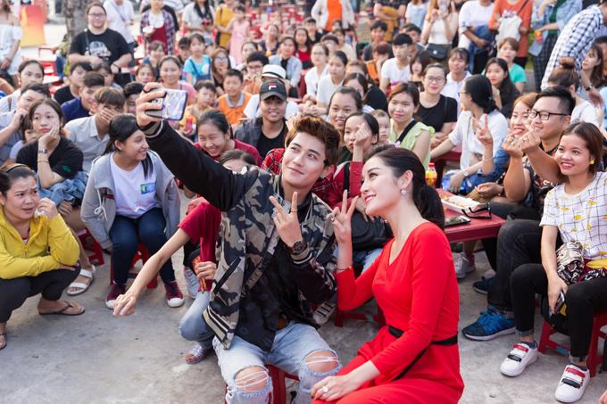 Hot boy Avin Lu và Á hậu Huyền My selfie cùng khán giả tại sự kiện.
