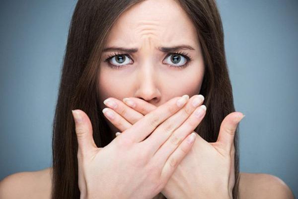 Hơi thở có mùi Khi không uống đủ nước, cơ thể không tiết đủ nước bọt để loại bỏ vi khuẩn, gây ra mùi hôi khó chịu.