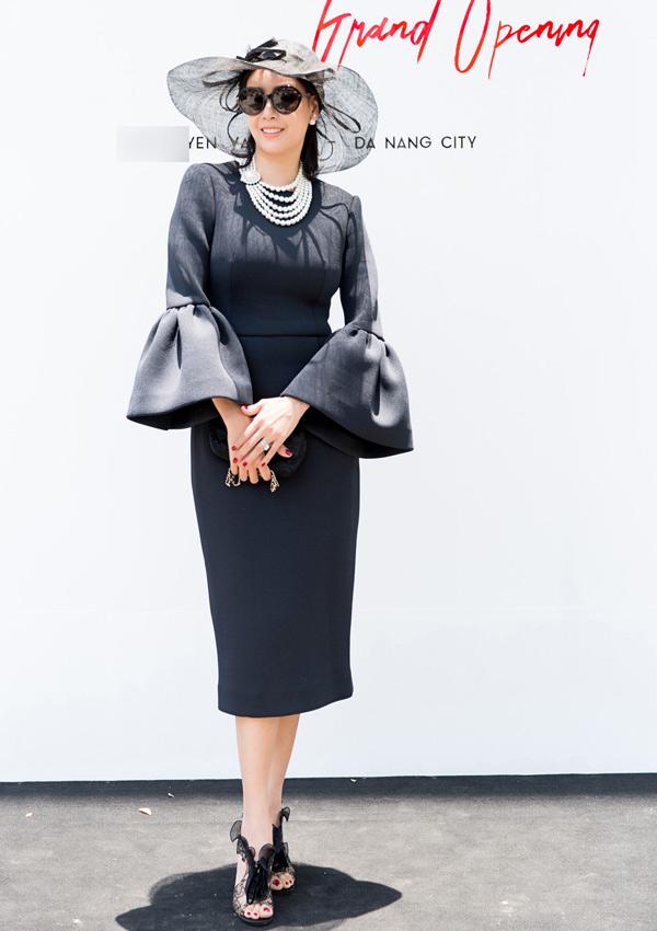Hà Kiều Anh với hình ảnh quý phái khi chọn váy tay chuông phối cùng phụ kiện nón rộng vành tiệp sắc màu. Người đẹp khéo chọn vòng cổ ngọc trai để hoàn thiện set đồ.