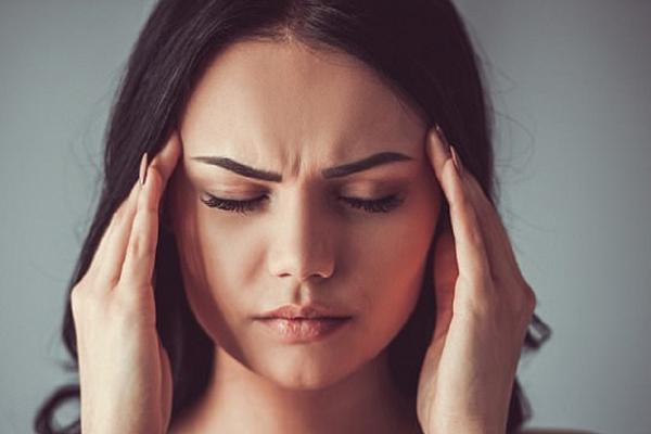 Đau đầu Thường xuyên đau đầu cũng có một phần nguyên nhân từ việc cơ thể bị mất nước. Khi không được cung cấp đủ nước, lưu lượng oxy và máu đến não bị giảm sút, dẫn đến tình trạng đau đầu.
