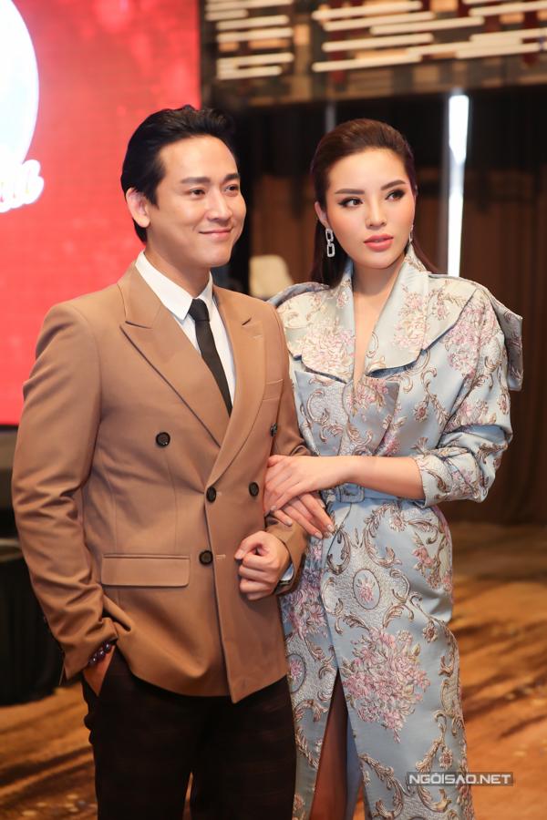 Hoa hậu tình cảm khoác tay diễn viên Hứa Vĩ Văn - người kết đôi tham gia chương trình Khi đàn ông mang bầu với cô.