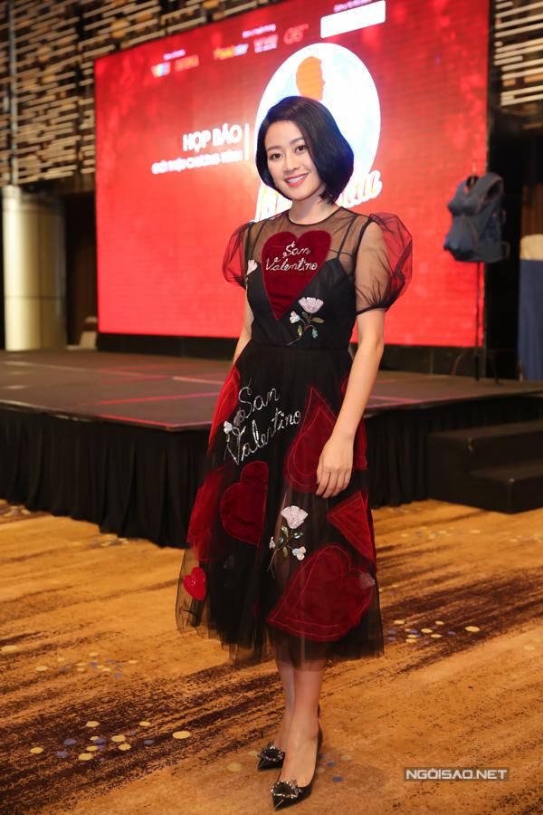 MC Phí Linh mặc điệu đà dẫn dắt buổi họp báo. Gameshow Khi đàn ông mang bầu phát sóng vào 20h30 thứ năm hàng tuần trên Đài truyền hình Việt Nam, bắt đầu từ ngày 24/5.