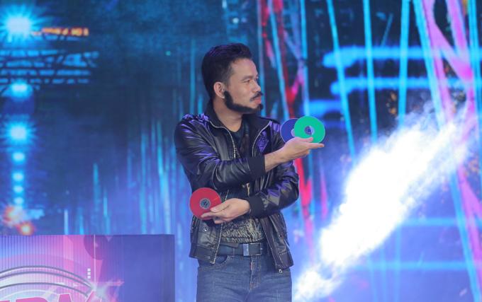 Trước đó, Hữu Tuyển thể hiện tàibiến hóa cùngnhững chiếc đĩa CD. Phần trình diễn này gây ấn tượng với cả 3 vị giám khảo vì ở chưa từngcó ảo thuật gia nào ở Việt Nam được biết đến với khả năng sử dụng CD làm đạo cụ biểu diễn.