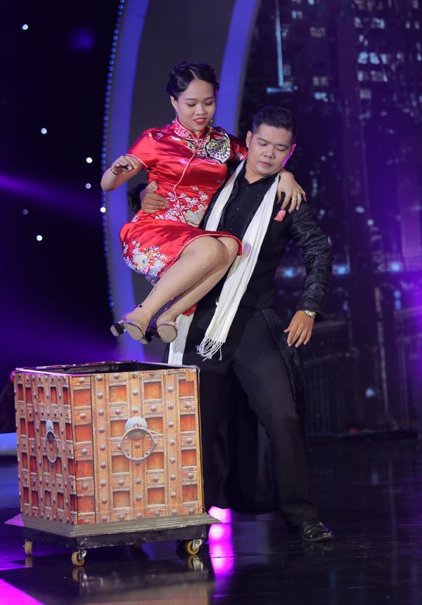 Trần Thịnh mở màn đêm thi với tiết mụclấy bối cảnh bến Thượng Hải (Trung Quốc). Thí sinh này trổ tài biến hóa với những chiếc dù, từ ít thành nhiều, từ nhỏ thành to. Không những thế, anh còn khiến khán giả thích thú khi trình diễn màn ảo thuật làm xuất hiện và biến mất một cô gái.