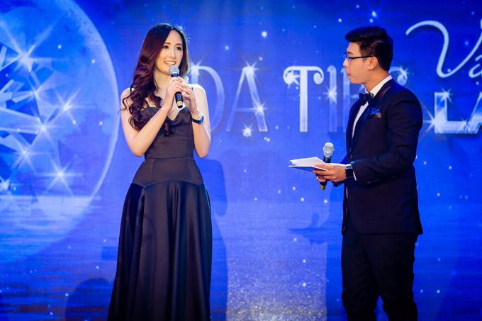 Tại event cuối tuần qua ở Hạ Long, Hoa hậu chiếm được cảm tình của đông đảo khách mời bởi nhan sắc và sự hiểu biết.