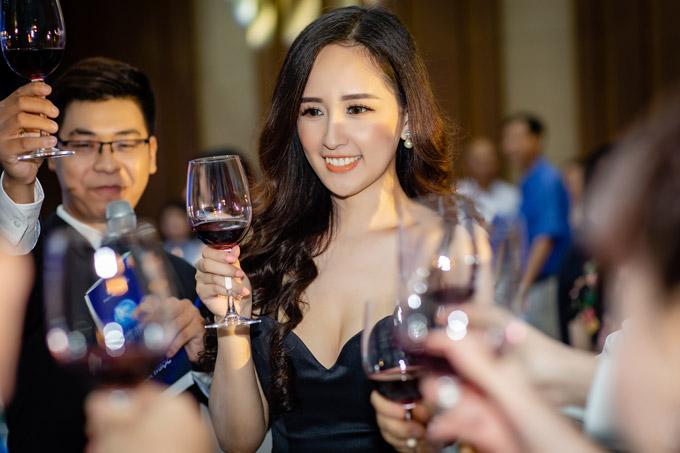 Dẫu không hoạt động showbiz nhưng Hoa hậu có khoản thu nhập lớn nhờ kinh doanh chứng khoán, bất động sản.