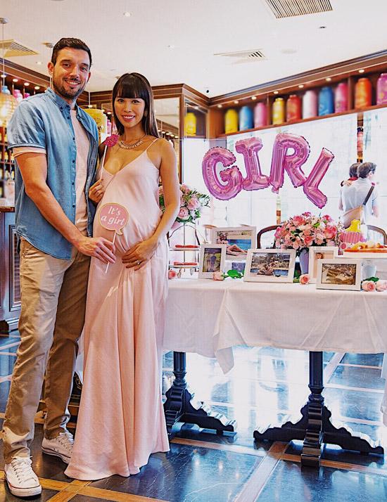 Mặc dù còn hơn một tháng nữa thiên thần nhỏ mới ra đời nhưng hôm qua (13/5), vợ chồng Hà Anh đã mở tiệc Baby Showerchào mừng con gái. Cả haichọn trang trí tiệc theo phong cách TâyÂu với màu hồng là tông chủ đạo.