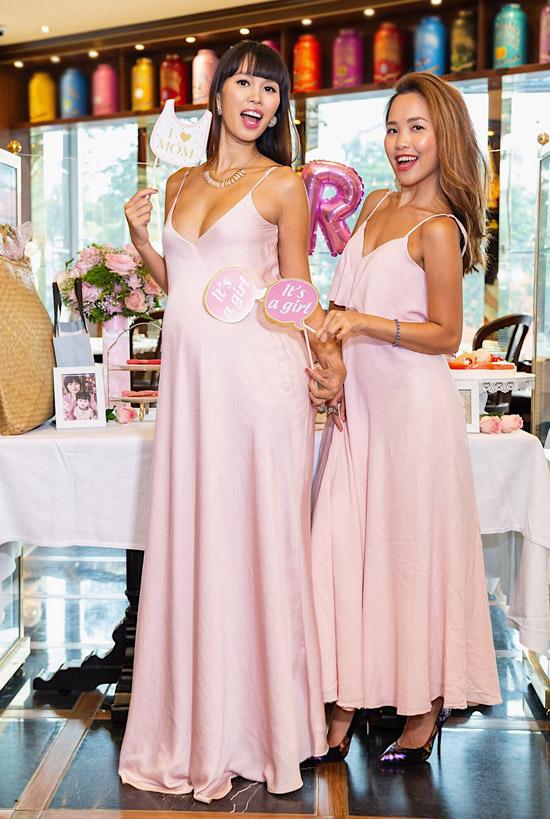 Hà My, em gái của siêu mẫu đã hỗ trợ Hà Anh tổ chức tiệc mừng.