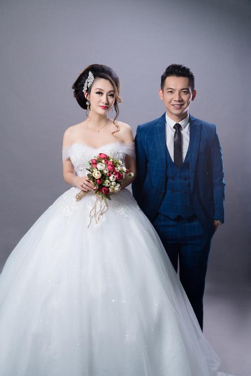 Nguyên tắc khi kết hợp trang phục giữa cô dâu và chú rể là cần có sự đồng điệu, hài hòa về màu sắc, kiểu dáng hoặc họa tiết. Hay một trong hai người sẽ làm nền cho người kia.