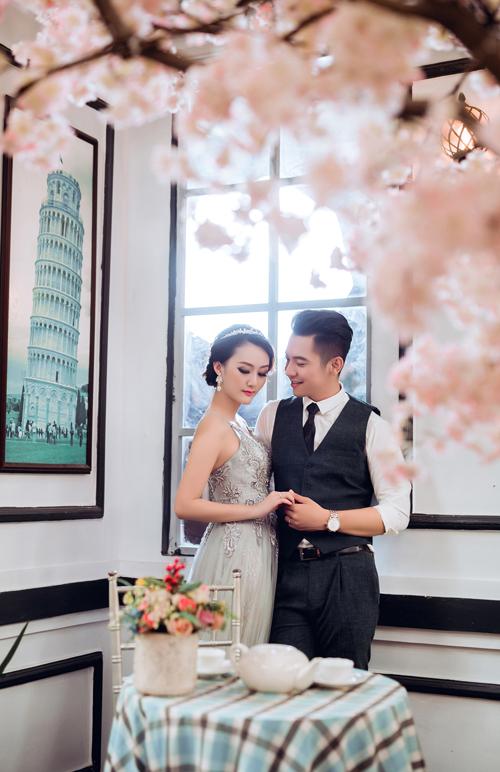 Cô dâu nên chọn 2-3 trang phục khác nhau khi chụp ảnh cưới để tạo các màu sắc khác nhau cho album của mình. Bên cạnh váy cưới, những chiếc váy dạ hội điệu đà cũng rất được lòng cô dâu.