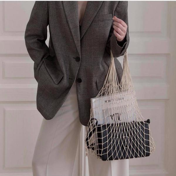 Túi lưới và túi dây đan là các sản phẩm đã được giới thiệu ở mùa hè năm ngoái. Bước sang không khí của mùa mới, mẫu túi tự như một mảng nhỏ của chiếc lưới đánh cá vẫn được ưa chuộng.