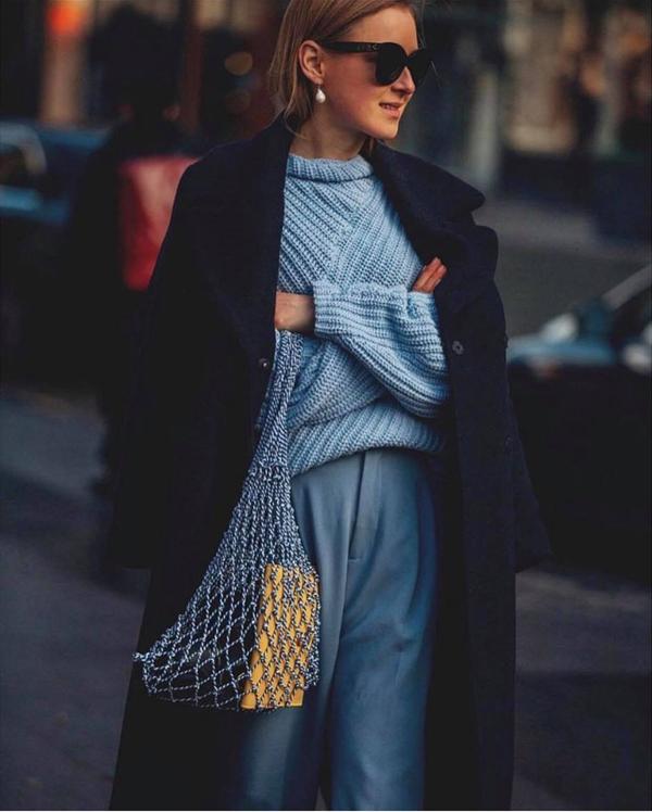 Túi dây đan thủ công được phái đẹp phối hợp nhịp nhàng cùng các mẫu trang phục hiện đại.