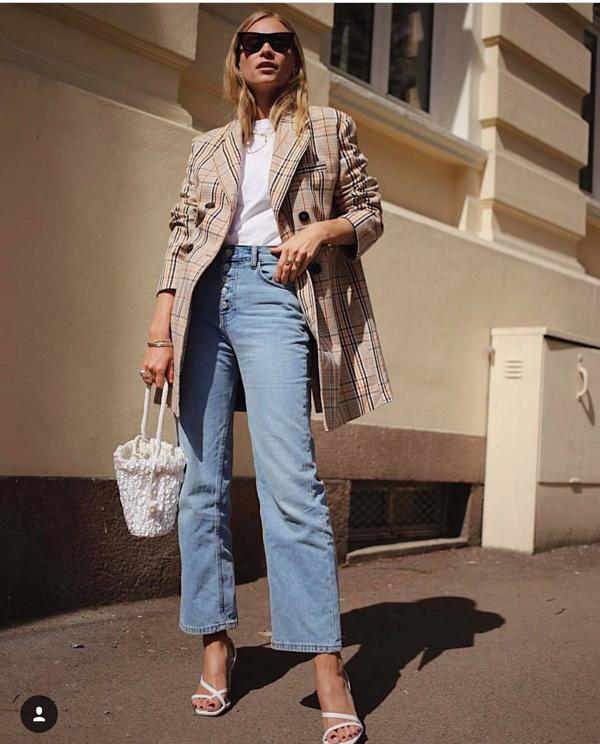 Ngoài các kiểu túi da của các thương hiệu cao cấp, ở mùa hè năm nay các tín đồ thời trang thế giới còn nhiệt tình lăng - xê nhiều mẫu túi  được làm thủ công.