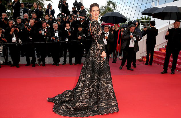 Nhiều người mẫu khác tới thảm đỏ Cannes ngày 14/5 như Alessandra Ambrosio.