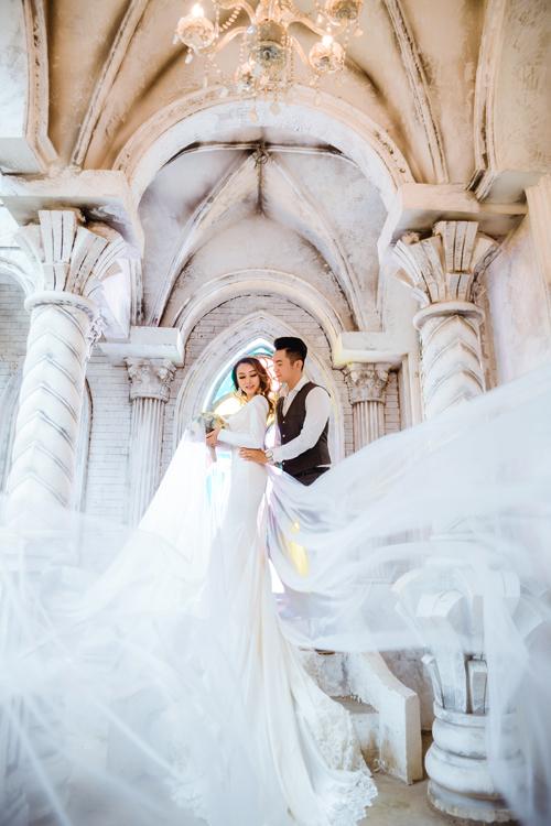 Một chiếc đuôi váy rời, dàichất liệu voan lưới có thể hỗ trợ cho cô dâu trong nhưng shoot hình cần sự bay bổng, lãng mạn.