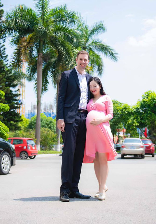 Lan Phương rạng rỡ cùng chồng đi đăng ký kết hôn tại Hà Nội, sáng 14/5.