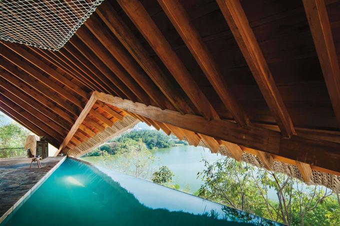 Cái tên cuối cùng được góp mặt trong danh sách là I-Resort Tent nằm tại xã Vĩnh Ngọc, cách trung tâm TP Nha Trang khoảng 7 km.Khu nghỉ này khá mới lạ với ngay cả du khách Việt Nam nhưng bất ngờ được các du khách quốc tế bình chọn.