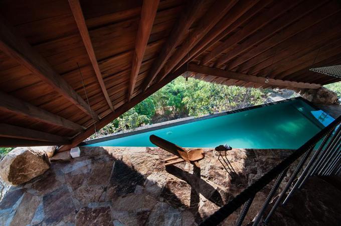 Bể bơi ở khu nghỉ dưỡng độc đáo ở chỗ có mái che dựng bằng gỗ và lợp lá tạo bóng mát tựa như những mái nhà ở nông thôn Việt nam.Từ đây, bạn có thể nhìn thẳng ra khoảng không rợp bóng cây xanh, mang tới không gian gần gũi thiên thiên.