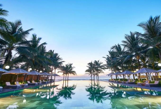 Bể bơi hướng ra biển, in bóng hai hàng dừa lãng mạn đậm chất thuần Việt, mang tới hình ảnh rất đặc trưng cho khu nghỉ sang trọng này.Nằm trên bãi biển Mỹ Khê xinh đẹp, Fusion Maia cung cấp các biệt thự 5 sao với hồ bơi riêng của từng villa, bên cạnh hồ bơi chung.