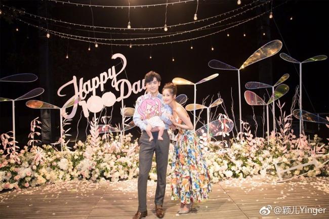 Bữa tiệc 100 ngày của con gái được Dĩnh Nhi và Tân Bác tổ chức bên bờ biển, không gian thiết kế trang trọng, lịch thiệp.