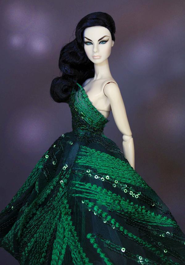 Bên cạnh sưu tầm các mẫu búp bê thời trang, Minh Tú còn thể hiện niềm đam mê với công việc tạo nhiều kiểu váy đầm cho chúng.