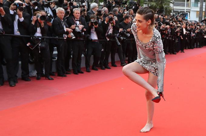 Là một cô gái cá tính, Kristen không ngại cởi giày cao gót, đi chân đấtđểphản đối quy tắc rập khuôn của ban tổ chứclà phải xỏ giày cao gót khi tới liên hoan phim.
