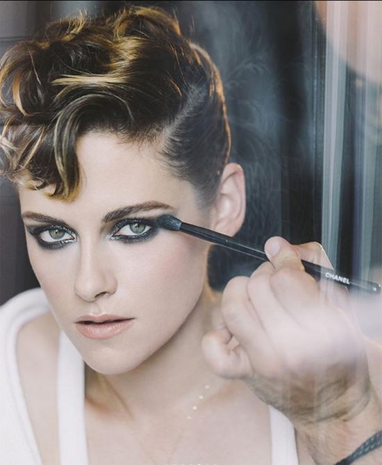 Nàng Bella trang điểm để tới show diễn của Chanel.