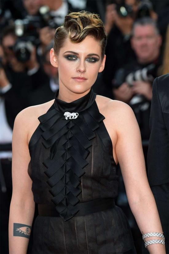 Vài giờ sau đó, Kristen thay bộ đầm gợi cảm tới thảm đỏ dự lễ khai mạc liên hoan phim. Mái tóc ngắn được uốn cầu kỳ cùng màu mắt khói giúp nữ diễn viên Chạng vạng đẹp kiêu sa và nổi bật.