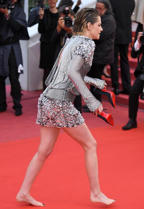 Kristen trông rất thoải mái sau khi cởi giày.