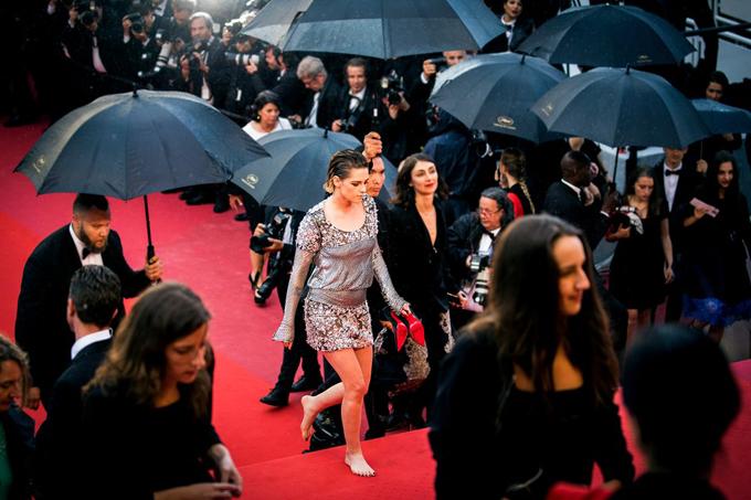 Là giám khảo của liên hoan phim nên chắc chắn Kristen Stewart không thể bị mời ra ngoài.