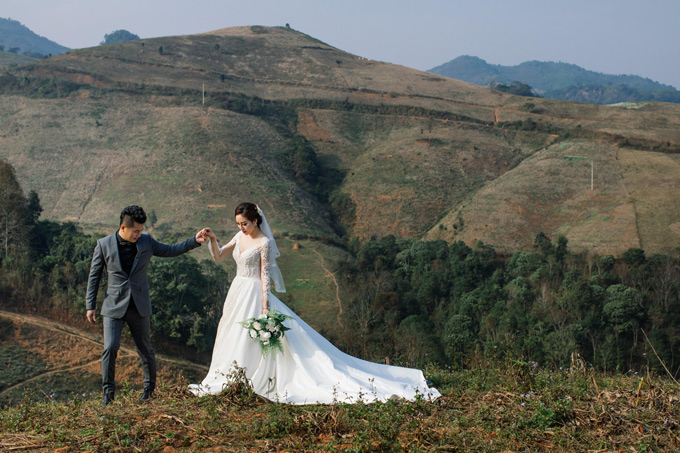 Trước hôn lễ, nam ca sĩ và bà xã Huỳnh Tiên lặn lội từ Sài Gòn lên Sapa, Mộc Châu thực hiện album cưới với khung cảnh núi đồi hoang sơ, hùng vĩ.