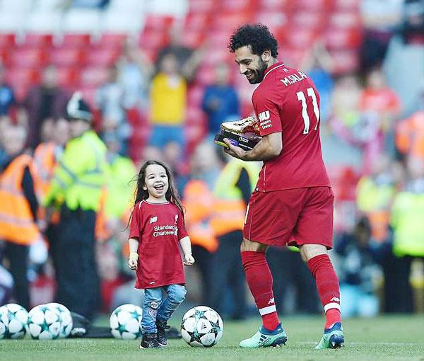 Con gái cưng gây chú ý hơn cả Salah trong buổi lễ