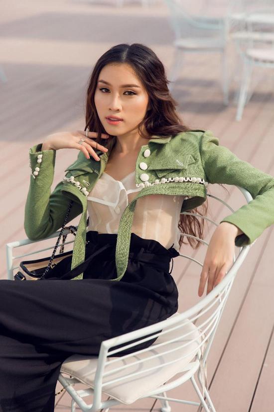 Nữ MC thể hiện phong cách cá tính nhưng không kém phần nữ tính với áo trắng trên chất liệu vải organza mỏng manh được kết hợp cùng áo khoác dáng lửng, quần dải rút lưng cao.